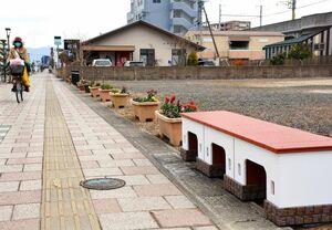 武雄温泉の楼門をモチーフにしたベンチ