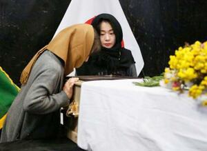 中村哲さんの遺体と対面する妻尚子さん(左)と長女秋子さん=6日、アフガニスタン・カブールの病院(共同)