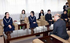 橋本市長を表敬訪問した、さが総文の生徒実行委員ら=鳥栖市役所