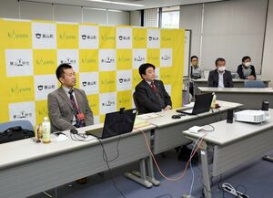 受講生の政策提言に聞き入る松田一也町長(左から2人目)ら=基山町役場