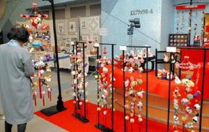 作品展で、前後期通じて展示される色鮮やかな「さげもん」=佐賀市白山のエスプラッツホール