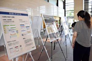 警戒レベルや防災に関する情報ツールなどを紹介するパネル展示=佐賀県庁