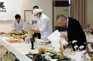 季節の素材を使ったデザイン性豊かな「春のおもてなし料理」が並んだ審査会場=佐賀市の西九州大学佐賀調理製菓専門学校