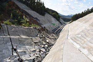 約80メートルにわたってのり面が崩壊した現場=伊万里市南波多町の西九州自動車道