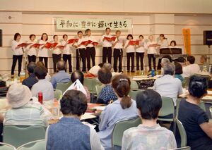 年金受給者がステージに立ちコーラスなどを披露=佐賀市文化会館
