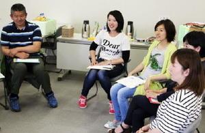 初対面でも会話がはずむ「しゃべり場」。左から2人目が松永裕香さん