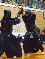 男子団体決勝 敬徳-龍谷 代表者戦を制し、優勝を決めた敬徳の小川夢希也(右)=白石町の白石高