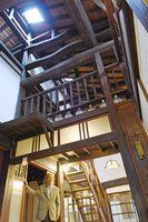 江戸時代後期に建てられた母屋。道路に面した側が店舗で、奥が住居になった当時の町屋建築の特徴が残る=小城市小城町の小柳酒造
