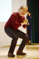 鎌田式スクワットを指導する鎌田實さん=佐賀市の佐賀市医師会立看護専門学校