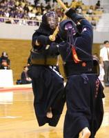 剣道女子個人4回戦 白石の庄島亜美(左)が延長戦で小川(筑紫台)のメンをとらえる=岡山市のジップアリーナ岡山