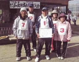 第322回武内各町GB大会 優勝した大野松チーム=武雄市の武内ゲートボール場