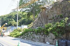 国道263号の拡幅工事中に見つかった磨崖碑=佐賀市大和町梅野