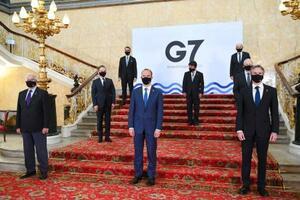 G7外相会合で記念撮影する各国外相ら。2列目中央は茂木外相=4日、ロンドン(AP=共同)
