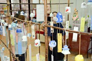 さまざまなデザインや形の風鈴が並ぶ有田ふうりん展=有田町の有田館
