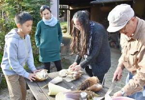 採れたタケノコを調理するタイ人旅行者ら=佐賀市三瀬村の農家民宿「具座」