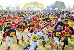 勢いよくスタートする2キロの参加者=神埼市郡の吉野ケ里歴史公園(撮影・米倉義房)