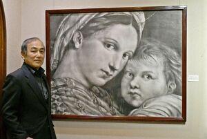 ラファエロの「小椅子の聖母」の一部を模写し、緻密に描いたコンテ画と野田雅志さん=佐賀市のトネリコ・カフェ