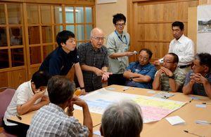 楠本雅弘さん(中央奥)のアドバイスを受けながら、集落の将来について考える住民=嬉野市の冬野公民館