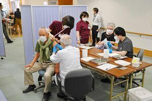 新型コロナウイルスのワクチン接種を受ける高齢者。スムーズな動線を確保するため、接種は診察室ではなく待合スペースで行われた=24日午後、佐賀市富士町の富士大和温泉病院(撮影・米倉義房)