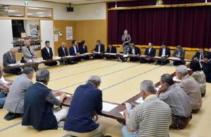 答申された議会改革案の説明を受ける住民たち=11日、多久市東多久公民館