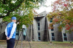 市村記念体育館を3Dレーザースキャナーで測量する県土地家屋調査士会=佐賀市城内