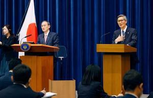 記者会見する菅首相(左)と尾身茂氏=14日夜、首相官邸