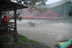 増水し、氾濫危険水位に達した嘉瀬川=午前9時ごろ、佐賀市大和町