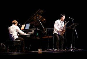 吉野ヶ里町出身のデュオ「つぼはち」の大坪俊樹さん(右)と八谷晃生さん