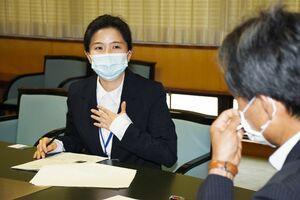 韓国・麗水市から派遣され、唐津市での経験を報告する崔順熙さん=唐津市役所