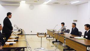 陸自オスプレイの木更津駐屯地への暫定配備について、渡辺芳邦木更津市長(右側中央)に説明する原田憲治防衛副大臣(左)=千葉県の木更津市役所