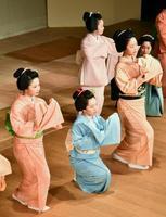 京都五花街の合同公演「都の賑い」を前にけいこする舞妓たち=13日午前、京都市
