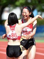 陸上女子100メートル決勝 11秒74の県高校新で優勝し、笑顔がはじける佐賀北の永石小雪(右)=佐賀市のSAGAサンライズパーク運動場補助競技場(撮影・米倉義房)