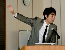 読者文芸大会で講演する富田紘次・鍋島報效会学芸員