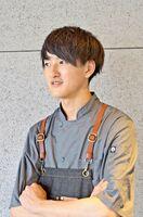 「普段使う器とは質感もサイズ感も違うので、いかに器を生かした料理を作るか。とてもわくわくしています」とシェフの増永琉聖さん。佐賀市出身で、幼い頃から料理人を夢見ていたという
