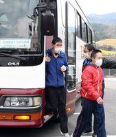 唐津市から大型バスで移動し、避難先に到着した障害者グループホームの入居者たち=2日正午、佐賀市富士町の障害者支援施設「富士学園」