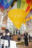 開館式典であいさつする秀島敏行佐賀市長=佐賀市松原の佐賀バルーンミュージアム