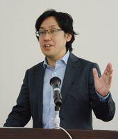 最新のシンガポールの動向について解説したジェトロシンガポールセンター経済連携促進アドバイザーの永田俊司氏=佐賀市の佐賀商工ビル