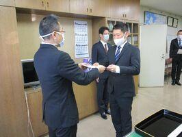 鈴木知広警務部長(左)から指定書を受け取る交通部の井手宏昭巡査部長=佐賀市の県警本部