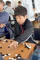 「中学生でプロになりたい」と目標を定め、対局を重ねる樋口駿君=佐賀市の日本棋院佐賀中央支部