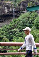 雨の後に現れる滝。ダム湖の対岸から眺めることができる=有田町の竜門ダム