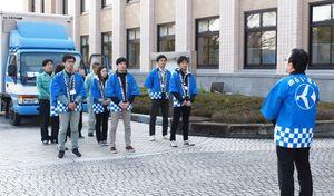 出発を前に投票用紙の確実な搬送を確認する職員=佐賀県庁
