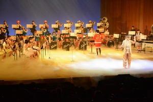人気アーティストの衣装を着て歌とダンスを披露する佐賀商高ブラスバンド部=佐賀市文化会館