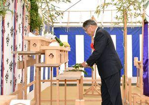 脊振町複合施設の建設中の安全を願い、玉串をささげる松本茂幸神埼市長=同市の脊振庁舎跡地