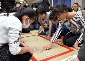 「伊万里観光いろはかるた」決勝戦で火花を散らす小学生=伊万里市民センター