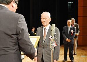 県生産組合長大会で表彰を受ける功労者=佐賀市文化会館