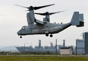 海上自衛隊との共同訓練で佐世保市崎辺地区に飛来した米軍オスプレイ=2016年11月18日、長崎県