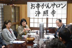 がんについて語り合う参加者とピアサポーター=佐賀市高木町の浄照寺