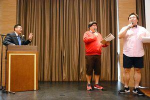 「お金の設計術」と題して講演した木下博和さん(左)とお笑いコンビのメガモッツ=佐賀市