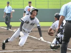 3回戦・多久―神埼 神埼1回裏1死一、二塁、ランニング本塁打を放った7番今井貴也(左)が本塁へ飛び込み6―0とする=佐賀市のみどりの森県営球場