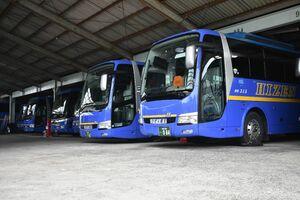 旅行のキャンセルや休校などの影響で、運行できなくなった貸し切りバス=伊万里市の肥前観光